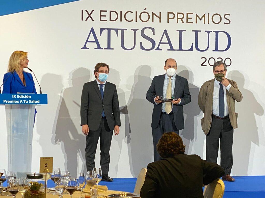 Dr. Pablo Gallo recibiendo premio al mejor especialista en Cirugía Vascular