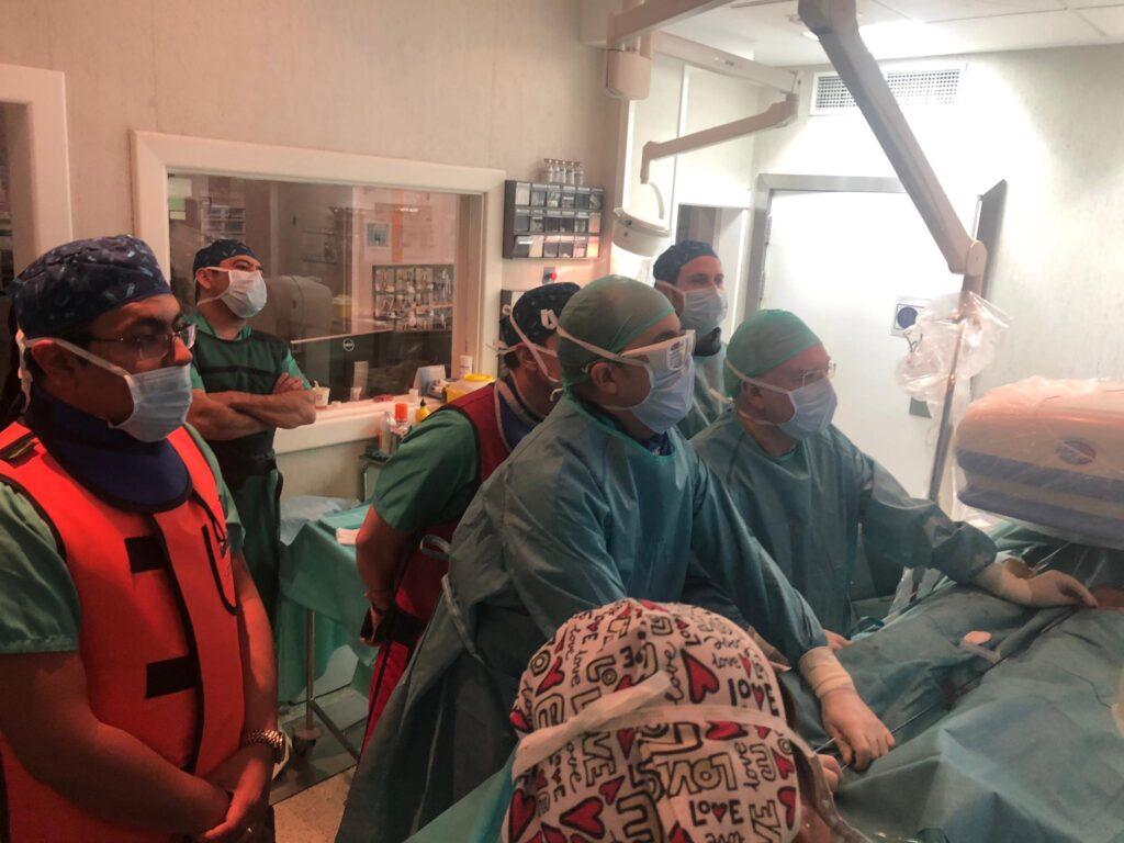 Imagen del Dr. Gallo junto al Dr. Zubicoa realizando la intervención para implantar un stent a un paciente que padece sindrome de May Thurner